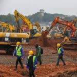 Wuhan (China), 24/01/2020.- People work at the construction site of a field hospital in Wuhan, Hubei province, China, 24 January 2020. The 1,000-bed hospital is expected to be completed by 03 February 2020 to cope with the increasing number of people affected by the coronavirus. The outbreak of coronavirus has so far claimed 25 lives and infected more than 800 others, according to media reports. The virus has so far spread to the USA, Thailand, South Korea, Japan, Singapore and Taiwan. (Japón, Corea del Sur, Singapur, Tailandia, Estados Unidos, Singapur) EFE/EPA/YUAN ZHENG CHINA OUT