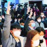 Beijing (China), 28/01/2020.- Reporters wearing masks raises their hands to ask questions during a press conference held by the National Health Commission, in Beijing, China, 28 January 2020. The outbreak of coronavirus in China has so far claimed at least 100 lives and infected more than 4,500 others, according to media reports. Governments around the world are taking preventative measures to health the spread of the virus. EFE/EPA/WU HONG