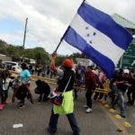 AME2476. AGUA CALIENTE (HONDURAS), 16/01/2020.- Grupos de personas hondureñas se saltan el control de aduanas para cruzar a Guatemala este jueves, en Agua Caliente (Honduras). Más de 1.000 hondureños cruzaron este jueves el punto fronterizo de Agua Caliente e ingresaron a Guatemala, como parte de la caravana que el miércoles salió desde San Pedro Sula, norte de Honduras, con el fin de llegar a Estados Unidos. EFE/ Gustavo Amador