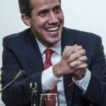 Paris (France), 24/01/2020.- Juan Guaido (L), the President of the National Assembly of Venezuela, smiles during his press conference at the 'Maison de l'Amerique Latine' in Paris, France, 24 January 2020. Guaido is in Paris as part of his European visit in Switzerland, France and Spain. Woman on right is not identified. (Francia, España, Suiza) EFE/EPA/CHRISTOPHE PETIT TESSON