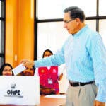 Lima (Peru), 26/01/2020.- A handout photo made available by the Presidency of Peru shows Peruvian President Martin Vizcarra casting his ballot during the congress elections day at Colegio Republica de Alemania electoral centre in Lima, Peru, 26 January 2020. Peruvians vote to choose the members of a new Congress after the dissolution on 2019 by president Vizcarra. (Elecciones) EFE/EPA/PRESIDENCY OF PERU / HANDOUT HANDOUT EDITORIAL USE ONLY/NO SALES
