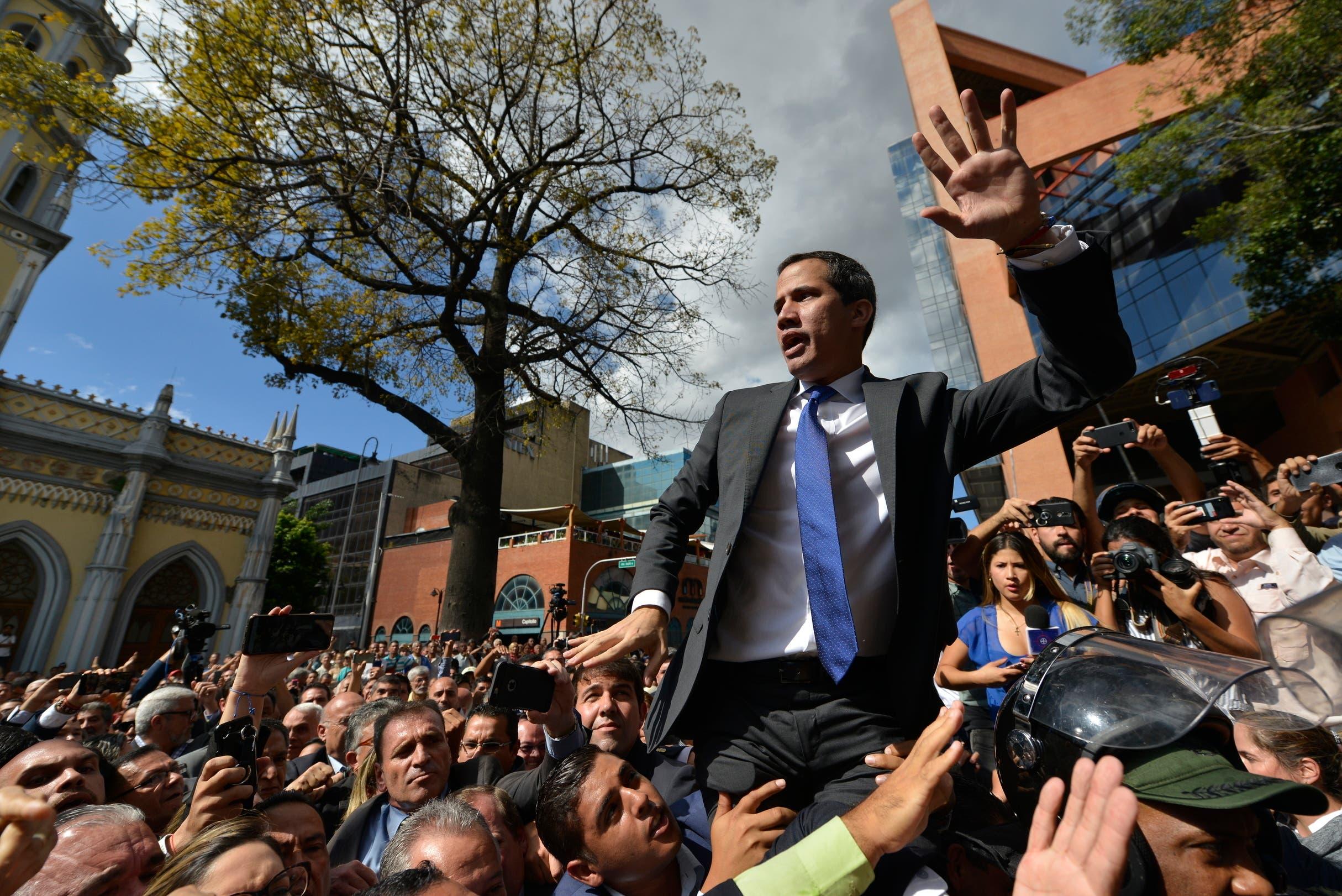 Venezuela: Juan Guaidó y decenas de diputados ingresan a la fuerza al Parlamento