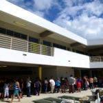 Foto tomada el 8 de enero del 2020 de gente esperando frente a la Escuela Bernardino Cordero Bernard en Ponce, Puerto Rico, al día siguiente de un terremoto de 6,4. (AP Foto/Carlos Giusti, File)