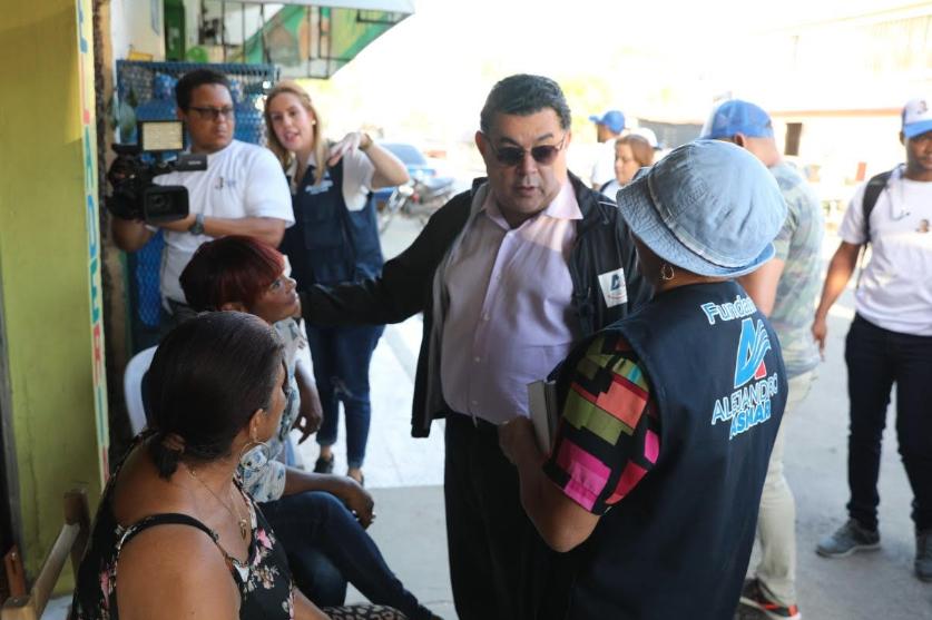 Alejandro Asmar conoce necesidades de residentes  San Pedro de Macorís