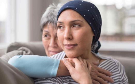 Libro con historias de supervivientes de cáncer da esperanza a pacientes