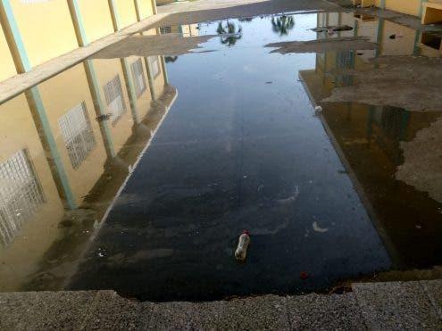 Baños desbordados impiden docencia