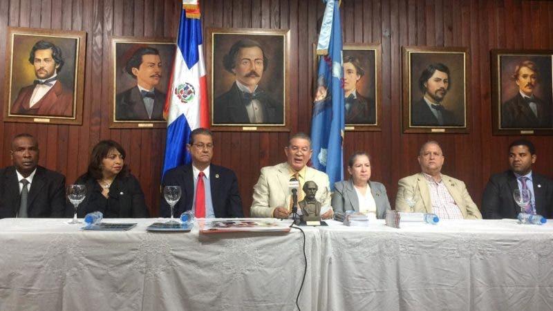 En el centro, Wilson Gómez y otros directivos del Instituto Duartiano, en el encuentro.