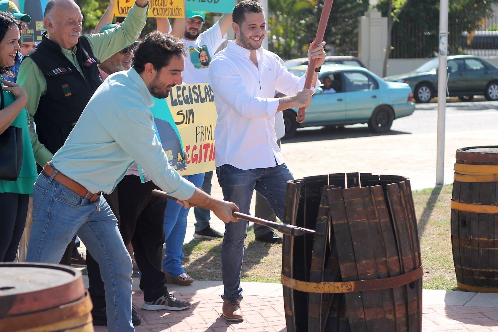 """Video: Candidato a diputado """"destruye"""" barrilito frente al Congreso"""