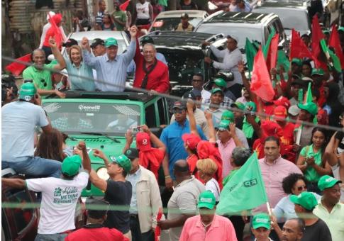 Leonel Fernández recorre calles de San Pedro junto a candidatos municipales