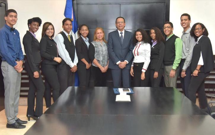 Peña Mirabal apoya estudiantes participarán en intercambio cultural en EEUU