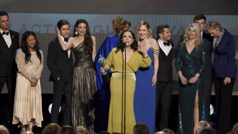"""El reparto de """"The Marvelous Mrs. Maisel"""" recibe el Premio SAG al mejor elenco de una serie de comedia el domingo 19 enero del 2020 en Los Angeles. (AP Foto/Chris Pizzello)"""