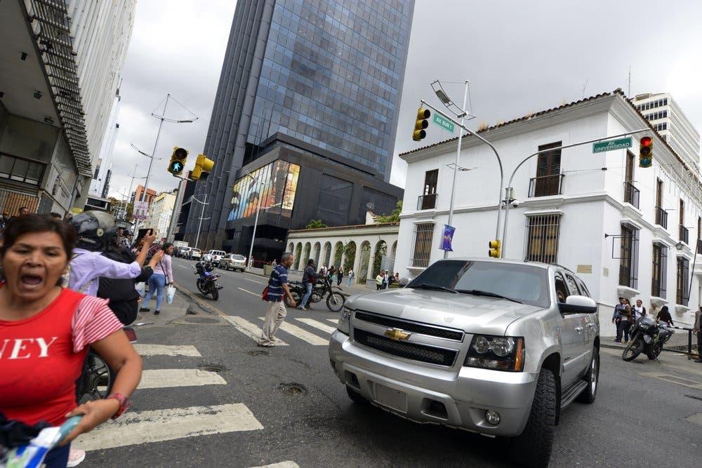 Venezuela: tras recibir golpes y disparos en sus vehículos, diputados opositores desisten de ir a Palacio Legislativo