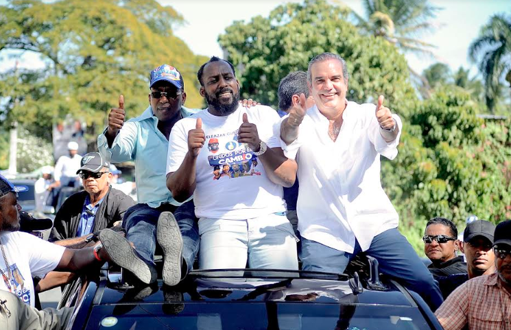 Vladimir Guerrero desfila junto al candidato presidencial Luis Abinader