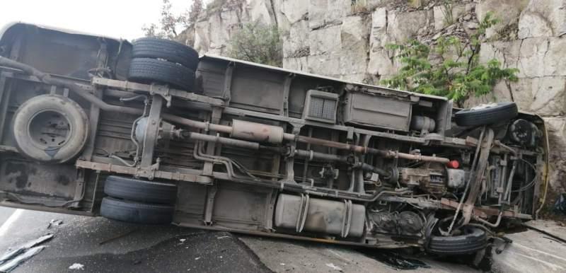 Mueren 15 tras choque de bus en Perú