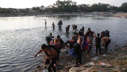 Cientos de migrantes se quedan en tierra de nadie tras el cierre de la frontera de México