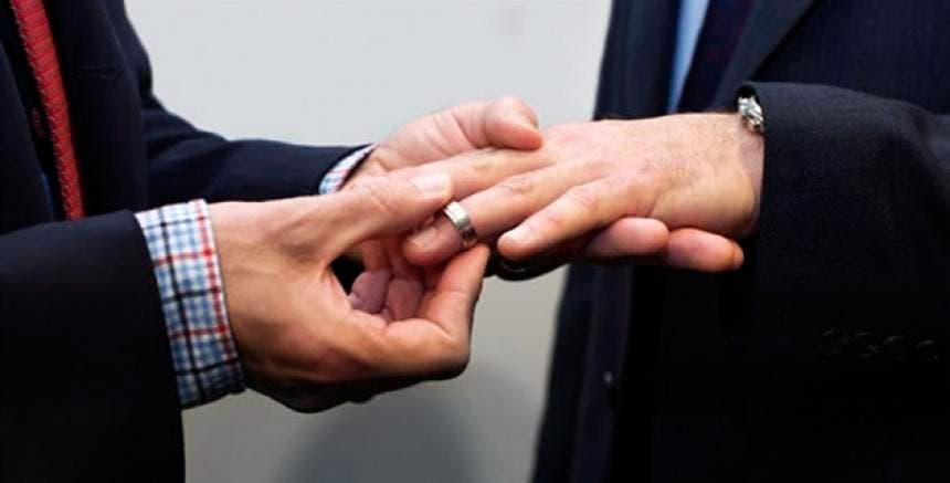 "Se burlan de líder religioso por casarse con hombre ""por error"""