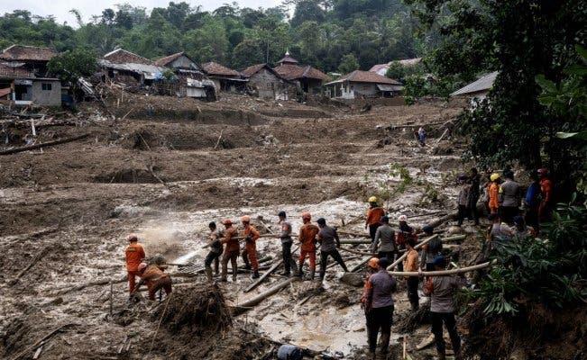 Derrumbe de tierra e inundaciones en Indonesia dejan 60 muertos
