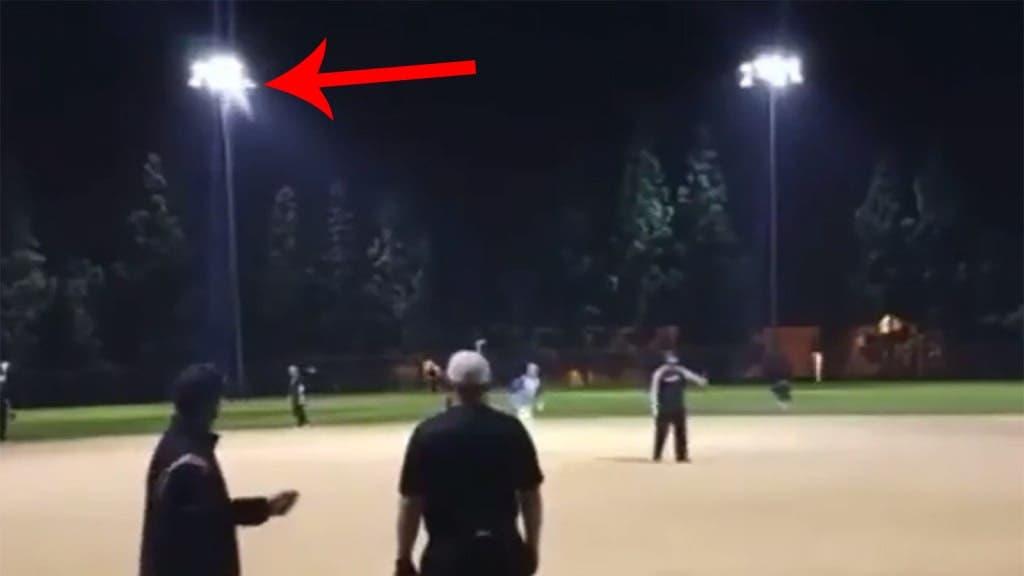 Video: ¡Qué fuerza! Rompió un faro de luz con un jonrón