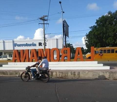 Moradores piden a alcalde enderezar mural de bienvenida en La Romana