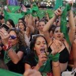 AME4547. BUENOS AIRES (ARGENTINA), 19/02/2020.- Cientos de mujeres participan en una movilización a favor del aborto este miércoles, en Buenos Aires (Argentina). Los movimientos feministas de Argentina recuperaron este miércoles sus pañuelos verdes favorables al aborto legal a poco más de una semana de que el Congreso del país comience su actividad para recordar a los legisladores nacionales que su reivindicación espera tornarse en realidad en 2020. Después de que el presidente, Alberto Fernández, haya afirmado en varias ocasiones durante sus primeros meses en el Gobierno que él mismo mandará al Congreso un proyecto para la despenalización del aborto, miles de mujeres argentinas le reclamaron frente a la sede del Poder Legislativo que cumpla su promesa. EFE/ Enrique García Medina