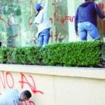AME5428. CIUDAD DE MÉXICO (MÉXICO), 21/02/2020.- Activistas y pacientes con VIH protestan frente a las instalaciones del Instituto Mexicano del Seguro Social este viernes, en Ciudad de México (México). Pacientes denuncian que el Seguro Social no ha surtido por completo las recetas de sus medicamentos y que alrededor de 750 pacientes ya han sido afectados la escasez de medicamentos. EFE/ Sáshenka Gutiérrez
