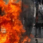 AME6521. VIÑA DEL MAR (CHILE), 23/02/2020.- Miles de manifestantes protestan este domingo en el centro de la ciudad costera de Viña del Mar (Chile). Una multitud de personas se concentró este domingo en los alrededores de la sede del Festival de Viña del Mar para mostrarse en contra de su celebración en medio de la crisis social que vive el país, y protagonizaron choques con las fuerzas de seguridad que trataron de dispersarlos. Como es habitual desde que explotaron las movilizaciones contra la desigualdad social en octubre pasado, la policía no tardó en aparecer con vehículos blindados desde los que lanzaron agua a presión y gases lacrimógenos. EFE/ Alberto Valdés