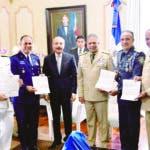 Altos mandos entregan al presidente Danilo Medina cartas de encomio en reconocimiento a las instituciones por buen desempeño desfile militar.  Hoy/Fuente Externa 28/02/20