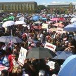 Miles  de dominicanos  se congregaron este jueves en la plaza de la Bandera para exigir, la realización de elecciones transparentes y con garantías de que el voto de los ciudadanos sea respetado, Además reclamaron repuestas sobre la suspensión de las elecciones Municipales y sanciones para los responsables. En foto : los protestante y los policía HOY Duany Nuñez 27-2-2020