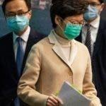 Hong Kong (China), 31/01/2020.- Hong Kong Chief Executive Carrie Lam (2-L) arrives for a press conference in Hong Kong, China, 31 January 2020. Hong Kong extended the suspension of schools and kindergartens to 02 March 2020, at the earliest, after at least 10 people in Hong Kong were infected with the novel coronavirus. EFE/EPA/JEROME FAVRE