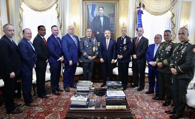 Danilo Medina recibe visita de oficial dominicano designado jefe de patrulleros en Nueva York