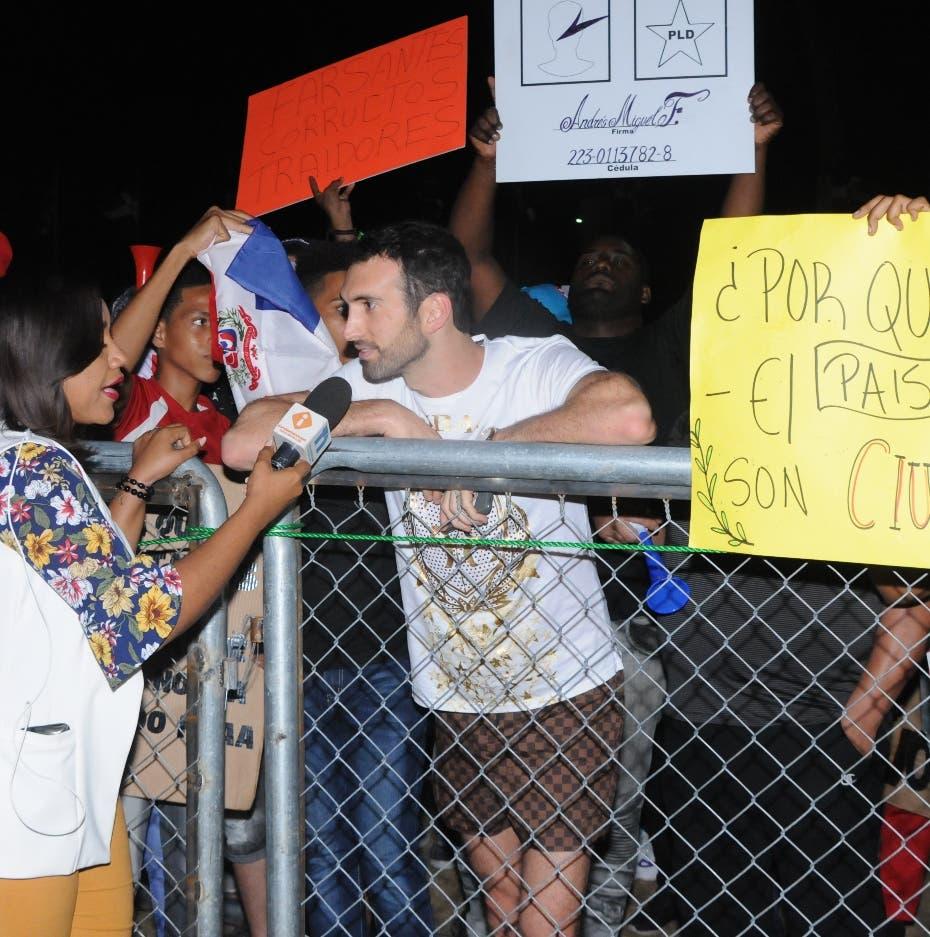 Karim es  abucheado y sacado    de  protesta JCE