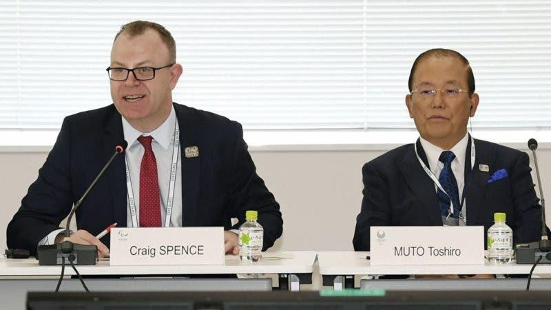 El director general Toshiro Muto, a la derecha, y Craig Spence, director de comunicaciones del Comité Paralímpico Internacional, en  una conferencia de prensa en Tokio, el miércoles 5 de febrero de 2020. (Kyodo News via AP)