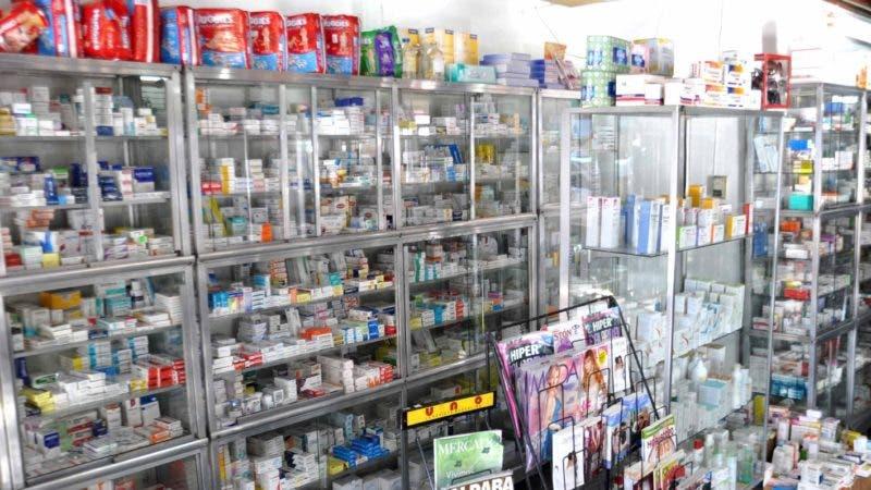 El País / Reportaje Sobre alza de precio de medicamentos, En foto. se observa vitrina llenas de medicinas de la Farmacia Lulu de la Av. San Martín, Hoy / Francisco Reyes / 11 / 01 / 2013 /