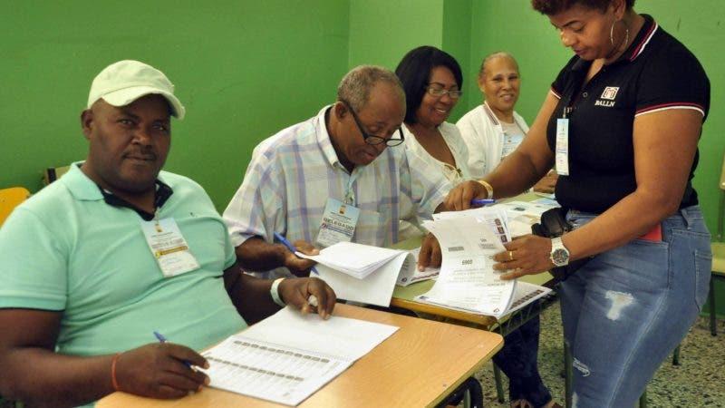El pais.Ciudadanos ejerciendo el derecho al voto en la Ciudad de Barahona, Azua, y Bani, fotos de Ambiente de los Resintos de Votacion.Hoy/Pablo Matos   16-2-2020