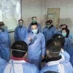 En esta fotografía publicada por la agencia noticiosa estatal Xinhua, el primer ministro chino Li Keqiang, al centro, habla con trabajadores médicos en el hospital Jinyintan en la ciudad de Wuhan, China, el lunes 27 de enero de 2020. Todos portan equipo protector contra un nuevo virus. (Li Tao/Xinhua vía AP)