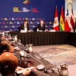 """USA9799. OTTAWA (CANADÁ), 20/02/2020.- Los ministros de Asuntos Exteriores de Perú, Gustavo Meza-Cuadra (), y de Canadá, Francois-Philippe Champagne (d), durante la apertura de la reunión ministerial del Grupo de Lima este jueves en Ottawa (Canadá). Los ministros de Asuntos Exteriores del Grupo de Lima iniciaron este jueves en Ottawa una reunión para presionar para la celebración de elecciones presidenciales y parlamentarias """"libres y justas"""" en Venezuela como salida a la crisis que afecta al país. EFE/ Julio César Rivas"""