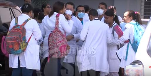 Coronavirus: Tras ingreso de rumanos al Moscoso Puello médicos y pacientes usan mascarillas