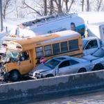 Personal de emergencias trabaja en el sitio donde ocurrió un choque múltiple, en La Prairie, Canadá, el miércoles 19 de febrero de 2020. (Paul Chiasson/The Canadian Press via AP)
