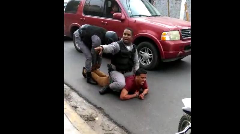 Policías en arresto de Argenis Martínez
