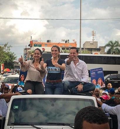 Hugo Beras en caravana con Faride Raful y Carolina Mejía