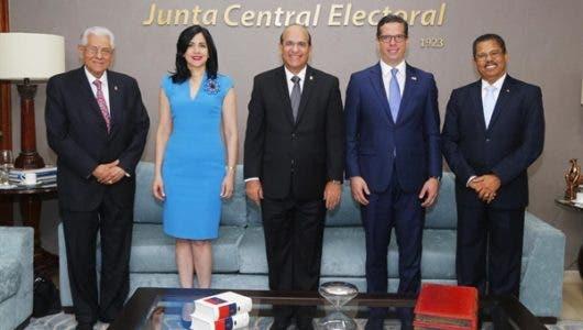 Juan Bautista Cuevas. El primero a la derecha. Suplente de la JCE.