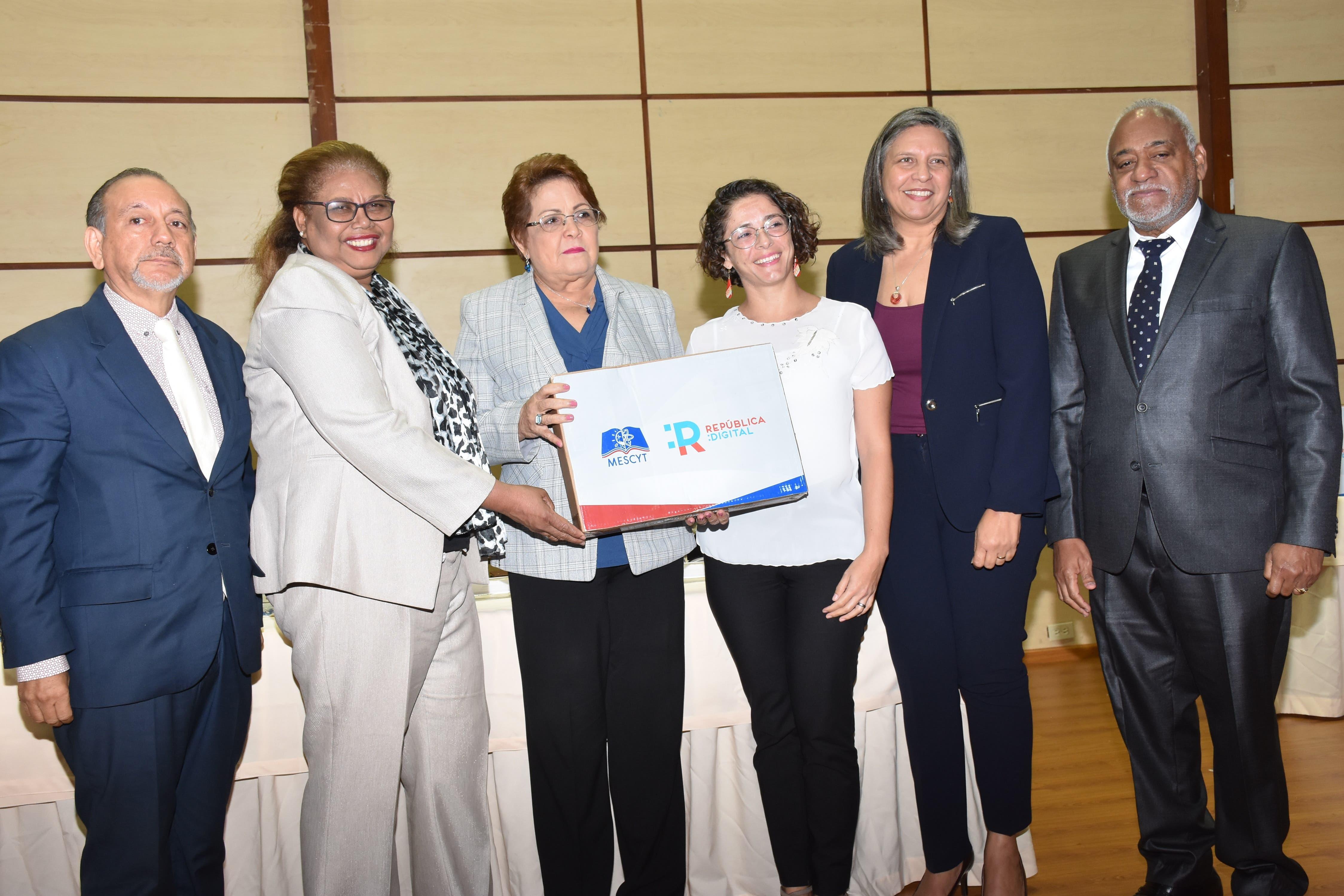 República Digital y MESCYT llevan programa de certificación internacional a profesores de educación