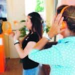 Dos mujeres prueban un audiolibro en el marco de la 78ª Feria del Libro en  Madrid.