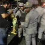 Jóvenes que protestan frente a la JCE dan alimentos a Policías