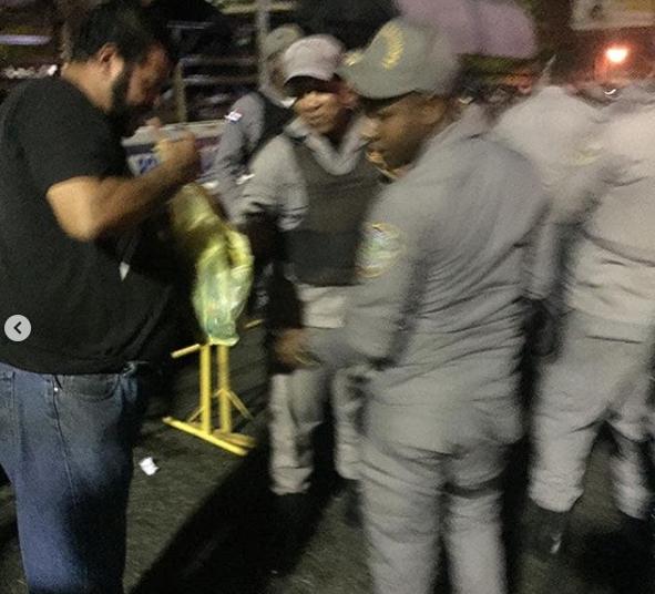 Fotos: Manifestantes distribuyen alimentos a policía que custodian la JCE