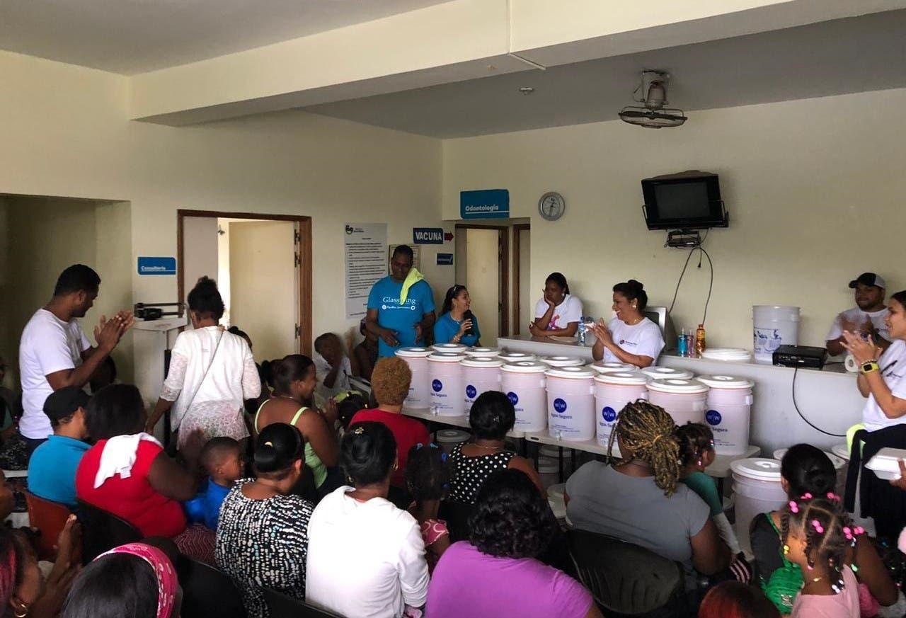 Familias en la Pared de Haina son beneficiados con purificadores de agua