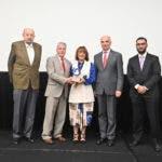 Milagros Abreu recibe el reconocimiento EPA de la mano del Ministro de Industria y Comercio.
