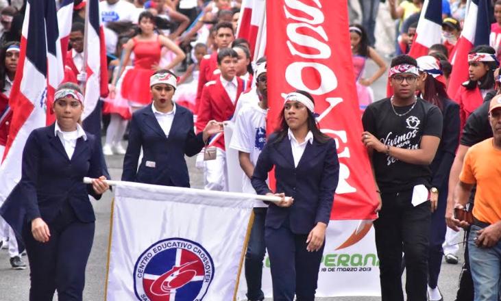 Mil niños del centro educativo Crossover marchan por la patria