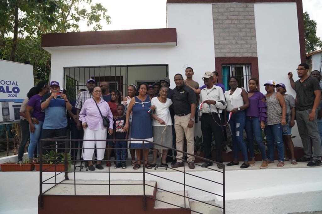 Gonzalo Castillo entrega vivienda a anciana que perdió su casa en incendio en Nizao