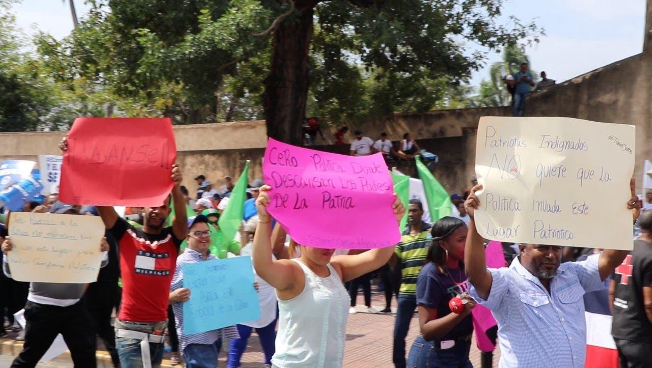 Patriotas Indignados protestan con carteles en contra de Marcha por la Democracia